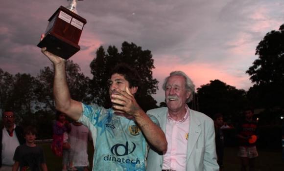 Julio Menghi levantando la Copa John Vibart